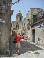 strada acciottolata - in fondo il campanile dela Chiesa Parrocchiale di San Giuliano - 5 agosto 2012  - Erice (279 clic)