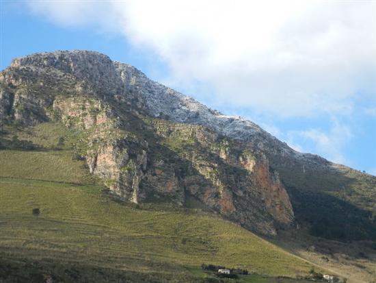 una spruzzata di neve sul Monte Inici - CASTELLAMMARE DEL GOLFO - inserita il 14-Apr-14