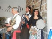 SIKANIA - Compagnia di canto e musica popolare - Giuseppina Priolo (tamburello e voce solista), Santo Arceri (chitarra percussioni e voce) e  Michele Ditta (fisarmonica) - Bosco di Scorace - Il Contadino - 13 maggio 2012  - Buseto palizzolo (876 clic)