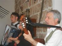 SIKANIA - Compagnia di canto e musica popolare - Giuseppina Priolo (tamburello e voce solista), Santo Arceri (chitarra percussioni e voce) e  Michele Ditta (fisarmonica) - Bosco di Scorace - Il Contadino - 13 maggio 2012  - Buseto palizzolo (900 clic)