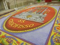 Tappeto Artistico in segatura colorata, sale e sabbia bianca 4,2 m X 6,20 m - Chiesa SS. Trinità - 22 aprile 2012  - Calatafimi segesta (507 clic)