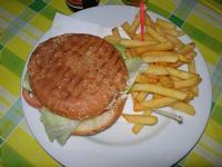 hamburger e patatine - hamburger, lattuga, pomodoro e patatine fritte - La Piazzetta - 3 agosto 2012  - Balestrate (753 clic)