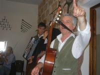 SIKANIA - Compagnia di canto e musica popolare - Giuseppina Priolo (tamburello e voce solista), Santo Arceri (chitarra percussioni e voce) e  Michele Ditta (fisarmonica) - Bosco di Scorace - Il Contadino - 13 maggio 2012  - Buseto palizzolo (945 clic)