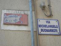 Via Michelangelo Buonarroti o Acchianata di li Voi - insegne - 22 aprile 2012  - Calatafimi segesta (476 clic)