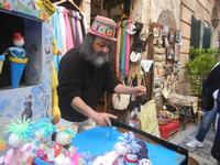 inventore di giocattoli - 25 aprile 2012  - Erice (1396 clic)