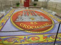 Tappeto Artistico in segatura colorata, sale e sabbia bianca 4,2 m X 6,20 m - Chiesa SS. Trinità - 22 aprile 2012  - Calatafimi segesta (430 clic)