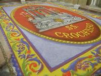 Tappeto Artistico in segatura colorata, sale e sabbia bianca 4,2 m X 6,20 m - Chiesa SS. Trinità - 22 aprile 2012  - Calatafimi segesta (635 clic)