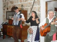 SIKANIA - Compagnia di canto e musica popolare - Giuseppina Priolo (tamburello e voce solista), Santo Arceri (chitarra percussioni e voce) e  Michele Ditta (fisarmonica) - Bosco di Scorace - Il Contadino - 13 maggio 2012  - Buseto palizzolo (859 clic)