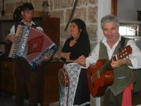 SIKANIA - Compagnia di canto e musica popolare - Giuseppina Priolo (tamburello e voce solista), Santo Arceri (chitarra percussioni e voce) e  Michele Ditta (fisarmonica) - Bosco di Scorace - Il Contadino - 13 maggio 2012  - Buseto palizzolo (787 clic)