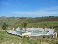 piscina nel verde - Baglio Arcudaci - 1 aprile 2012  - Bruca (517 clic)