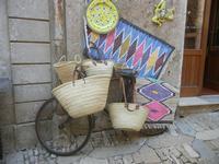 vecchia bici, ceste, tappeti artigianali e ceramiche - 3 giugno 2012  - Erice (395 clic)