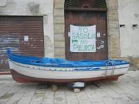 protesta dei pescatori cartello al porto - 11 marzo 2012   - Castellammare del golfo (1369 clic)