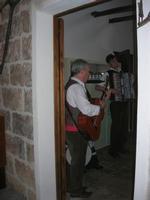 SIKANIA - Compagnia di canto e musica popolare - Giuseppina Priolo (tamburello e voce solista), Santo Arceri (chitarra percussioni e voce) e  Michele Ditta (fisarmonica) - Bosco di Scorace - Il Contadino - 13 maggio 2012  - Buseto palizzolo (433 clic)
