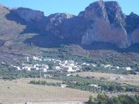 panorama dal Belvedere - il piccolo borgo sotto la montagna - 30 agosto 2012  - Macari (490 clic)