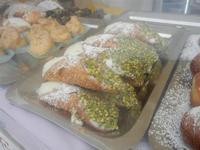 pasticceria in vetrina - cannoli con rcotta e pistacchi - 29 aprile 2012  - San vito lo capo (763 clic)