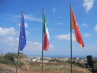 Cave Orto di Ballo bandiere all'ingresso delle Cave Orto di Ballo e panorama fino al mare - 23 luglio 2012  - Alcamo (284 clic)