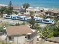 Zona Plaja - passa il treno - 26 giugno 2012  - Alcamo marina (302 clic)