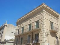 Palazzo ex Banco di Sicilia - 1 giugno 2012  - Alcamo (288 clic)