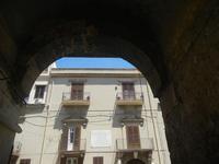 arco in traversa Corso 6 Aprile e Palazzo Sant'Anna - 2 giugno 2012  - Alcamo (247 clic)