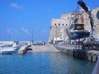 porto e Castello a Mare - operazioni messa in acqua motoscafo - 7 settembre 2012  - Castellammare del golfo (264 clic)