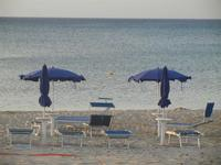 Zona Battigia - ombrelloni in riva al mare - 6 maggio 2012  - Alcamo marina (435 clic)