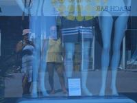 riflessi in vetrina - io e Nicola - 23 agosto 2012  - San vito lo capo (986 clic)