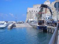 porto e Castello a Mare - operazioni messa in acqua motoscafo - 7 settembre 2012  - Castellammare del golfo (643 clic)