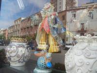 ceramiche in vetrina con riflessi - 6 settembre 2012  - Sciacca (553 clic)