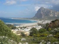 uno scorcio della città, spiaggia, mare e Monte Monaco - panorama dalla collina ad ovest della città - 8 aprile 2012  - San vito lo capo (693 clic)