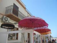 ombrelli in via Savoia - 12 agosto 2012  - San vito lo capo (302 clic)