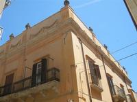 particolare di palazzo in via Dante - 2 giugno 2012  - Alcamo (236 clic)
