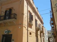 particolare di palazzo in via Dante e via Arco Itria - 2 giugno 2012  - Alcamo (239 clic)
