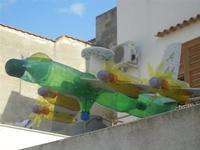 segnavento a forma di aereo realizzato con bottiglie di plastica - 8 aprile 2012  - San vito lo capo (4363 clic)