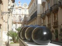Jimenez Deredia - Genesi dell'uovo - bronzo - 13 maggio 2012  - Trapani (374 clic)