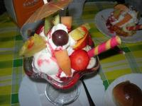Coppa Primavera - fragole fresche, panna, gelato ananas, fior di latte, variegato fragola, frutta ananas, fragole, mango - La Piazzetta - 14 agosto 2012  - Balestrate (862 clic)