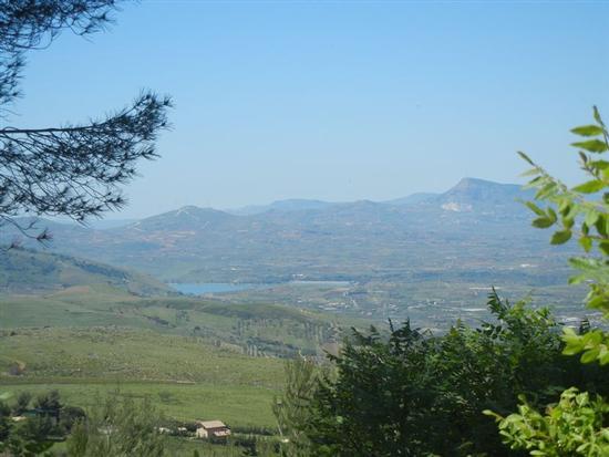 panorama entroterra e Lago Poma - BORGETTO - inserita il 13-Nov-14