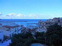 PLAS 2012 - scalinata adiacente alla villa e vista sul porto - 16 settembre 2012  - Castellammare del golfo (324 clic)