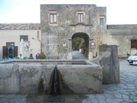 la fontana-bevaio nella piazzetta e Baglio Isonzo - 8 maggio 2012  - Scopello (1909 clic)