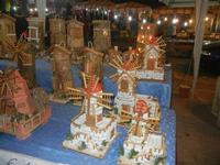 bancarelle - mulini a vento in miniatura e tegole decorate - 8 agosto 2012  - Cornino (1545 clic)