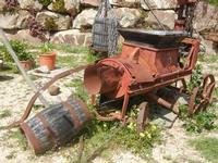 vecchi attrezzi per la vendemmia - Baglio Arcudaci - 1 aprile 2012  - Bruca (830 clic)