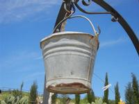 secchia in metallo per attingere l'acqua del pozzo - Baglio Arcudaci - 1 aprile 2012  - Bruca (654 clic)