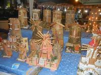 bancarelle - mulini a vento in miniatura e tegole decorate - 8 agosto 2012  - Cornino (849 clic)