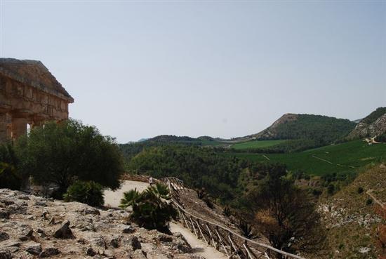 Tempio e panorama - SEGESTA - inserita il 08-Jun-15