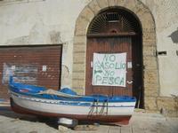 sciopero dei pescatori - cartello al porto - 26 gennaio 2012   - Castellammare del golfo (1586 clic)