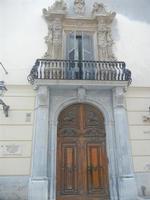 portone e balcone - Soprintendenza Beni Culturali ed Ambientali - 12 febbraio 2012  - Trapani (545 clic)
