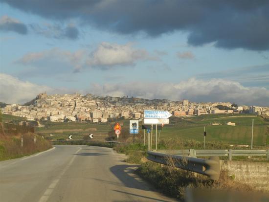 sulla strada che porta alla città - SAMBUCA DI SICILIA - inserita il 18-Apr-14