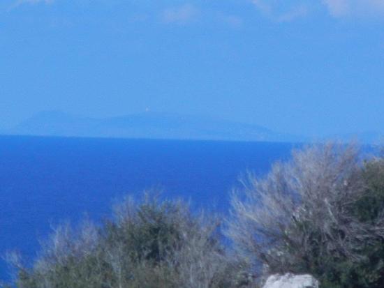 vista sul mare ed Isola di Ustica - CINISI - inserita il 09-Dec-16
