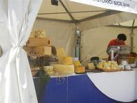 4° Festival Internazionale degli Aquiloni - Stand dei formaggi in via Savoia - 24 maggio 2012  - San vito lo capo (253 clic)