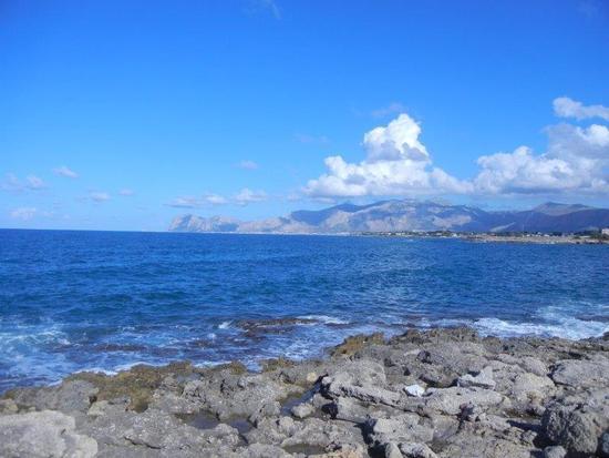 panorama costiero fino a Capo Gallo - CINISI - inserita il 09-Dec-16