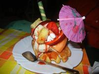 Waffel Tropical - gelato fragola, ananas, banana, panna, frutta e variegato fragola - La Piazzetta - 1 settembre 2012   - Balestrate (1042 clic)